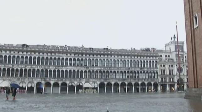 Nuovo picco di acqua alta a Venezia: la marea si ferma a 150 centimetri   Oggi riaprono le scuole