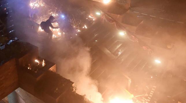 Hong Kong, blitz polizia nel Politecnico   Studenti si difendono e appiccano fuoco per fermare l'attaccoLe foto