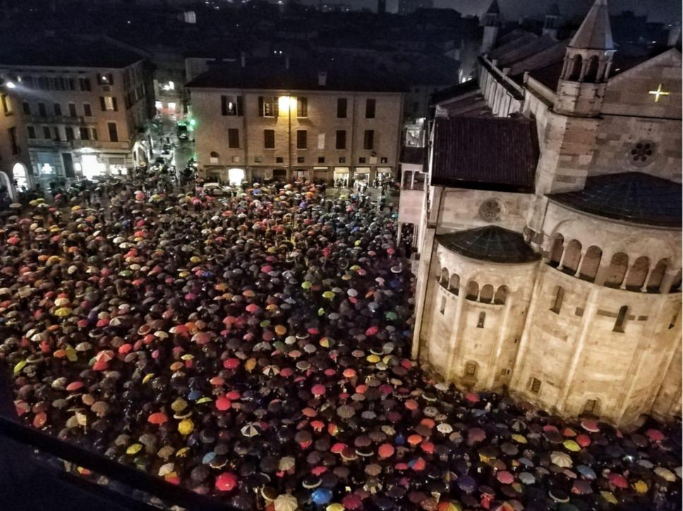 """Modena, il """"bis"""" delle sardine: in 7mila in Piazza Grande sotto la pioggia"""