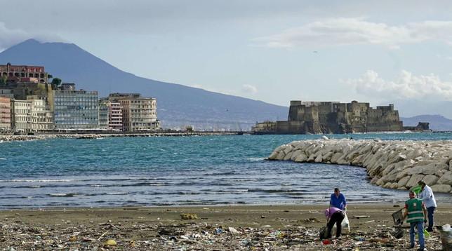 Maltempo Napoli,quintali di plastica invadono il lungomare Caracciolo