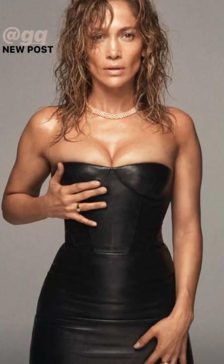 """Jennifer Lopez mostra le sue curve sinuose e diventa """"Icona dell'anno 2019"""""""