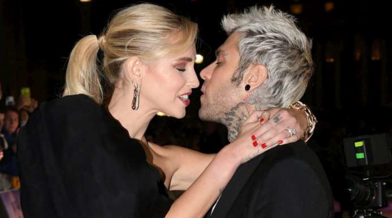 Chiara Ferragni arriva all'Auditorium e bacia Fedez, folla impazzita
