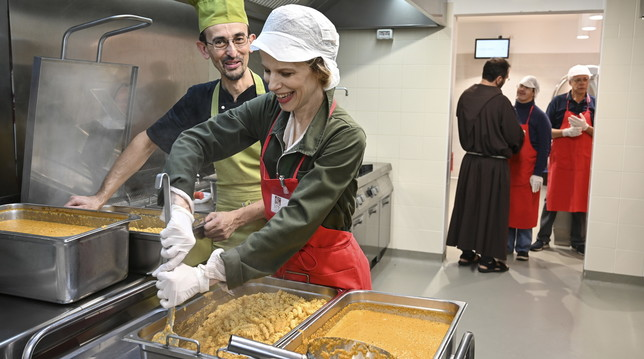"""Vip """"volontari per un giorno"""" alla mensa dei poveri di Milano"""