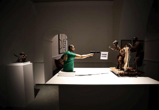 Napoli, scultura choc: Salvini spara ai migranti. Lui: