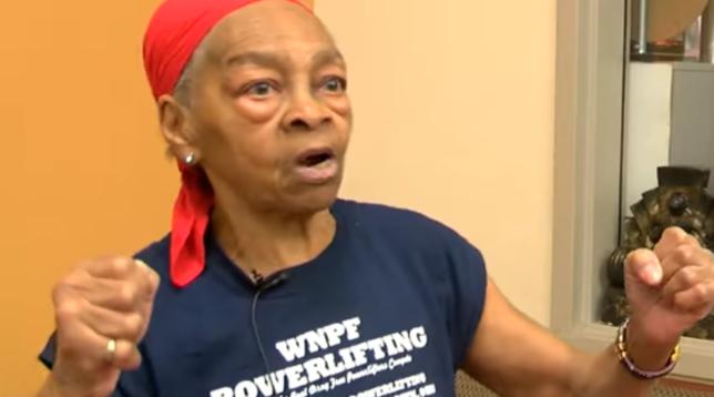 Usa, un uomo le sfonda la porta di casa: nonna bodybuilder lo mette ko