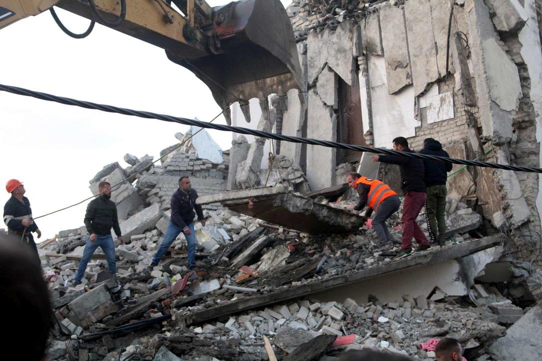 Albania, forte scossa di terremoto: soccorritori al lavoro tra le macerie degli edifici crollati