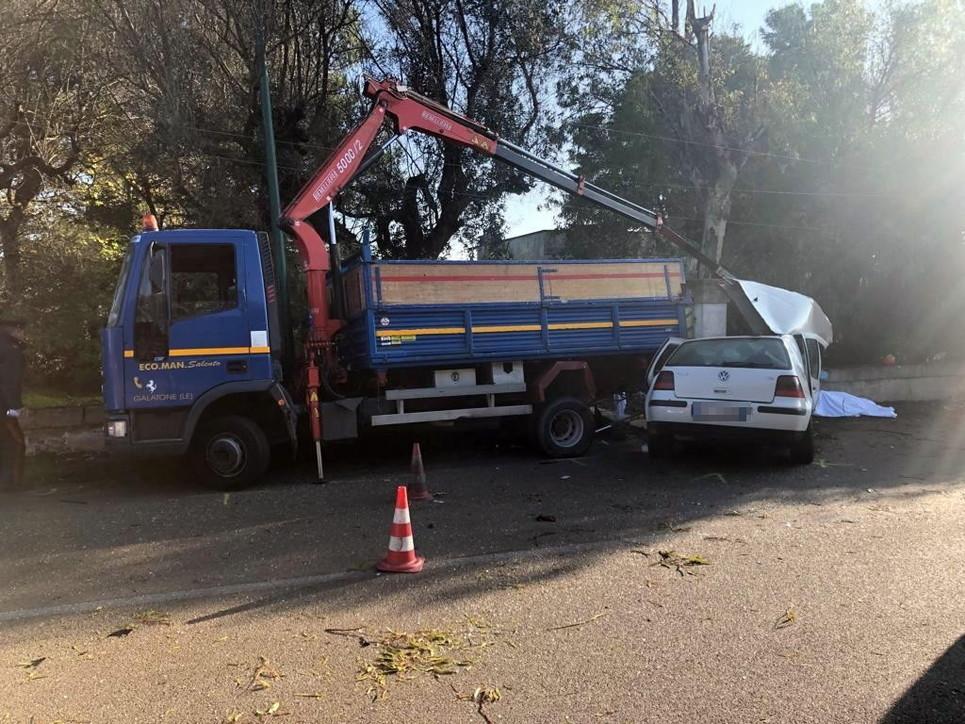 Operai travolti mentre lavorano in strada nel Leccese: ci sono vittime