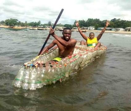 Plastica, barche fatte di bottiglie riciclate: l'idea di un giovane camerunense