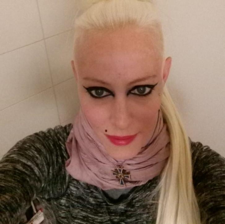 """Ecco """"Miss Hitler, la26enneche partecipò come oratrice a un convegno di estremisti di destra a Lisbona"""