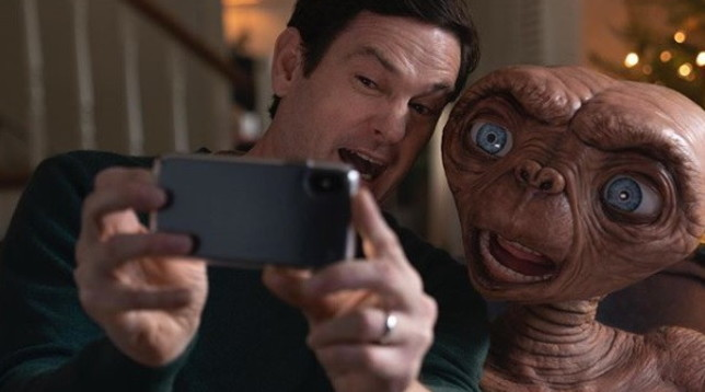 E.T. l'extraterrestre riabbraccia Elliott37 anni dopo, per spot