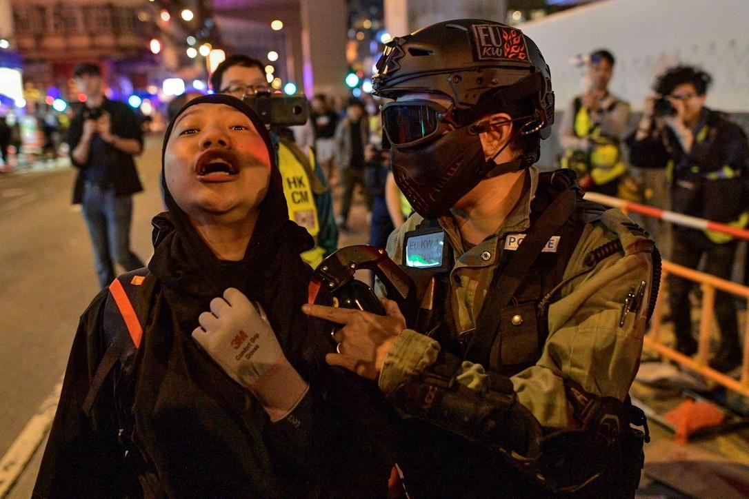Hong Kong, scontri tra polizia e manifestanti nella notte