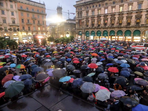 """Milano, le """"Sardine"""" riempiono piazza Duomo sotto la pioggia"""