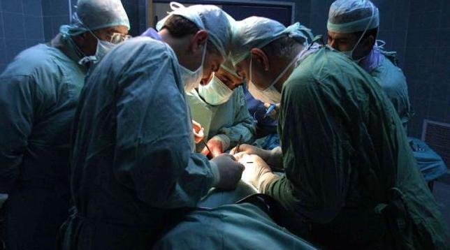 Intervento record a Bologna, bimbo tenuto attaccato al cordone ombelicale per togliere un tumore