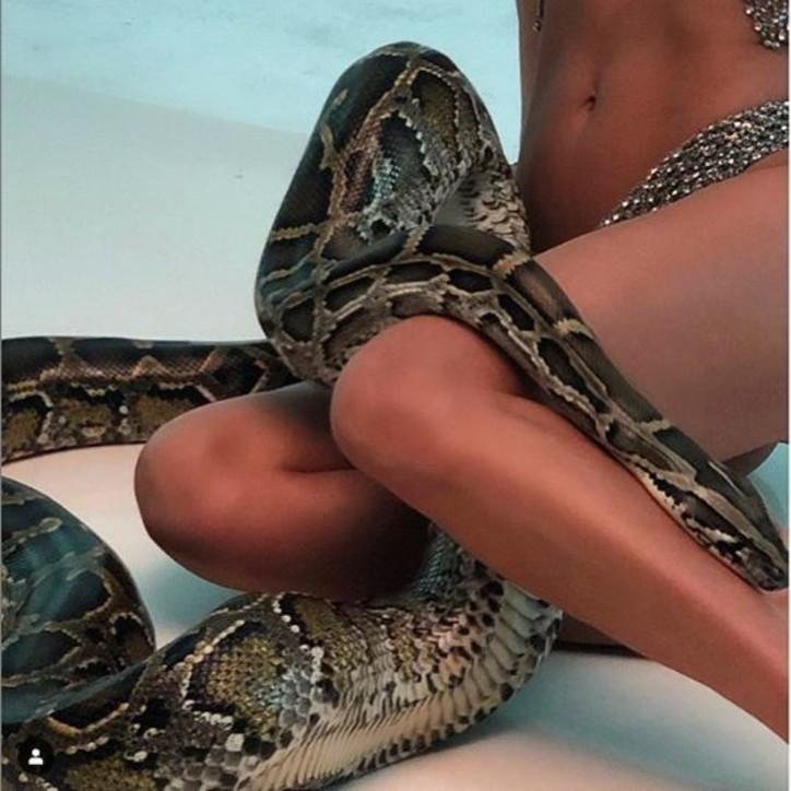 Indovina chi è la top model col pitone tra le gambe