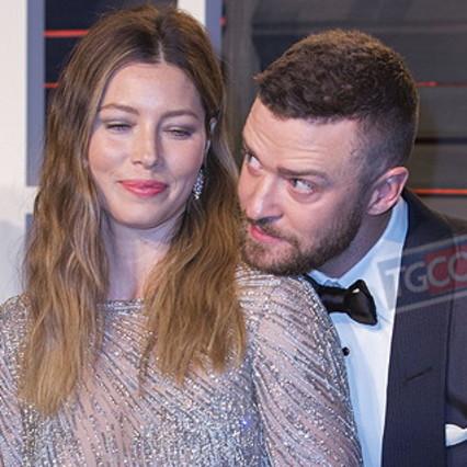 Mano nella mano con un collega, Justin Timberlake si scusa con sua moglie