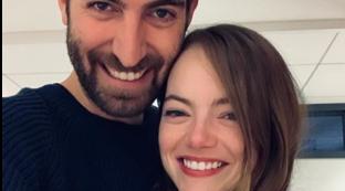 Emma Stone ha detto sì a Dave McCary: l'anello di fidanzamento e due cuoricini innamorati su Instagram