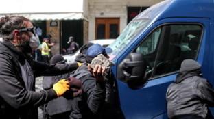 Parigi in piazza contro la riforma delle pensioni, sciopero dei mezzi fino a lunedì