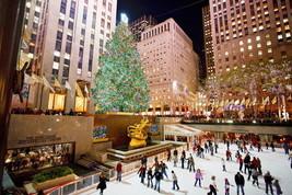 New York, acceso l'albero di Natale più famoso del mondo