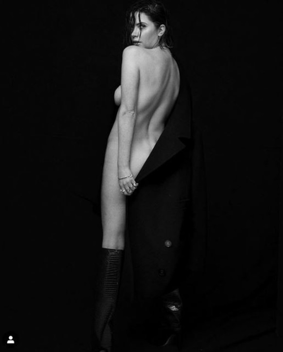Ashley Bensoncompletamente nuda su Instagram... con l'approvazione della fidanzata Cara Delevingne