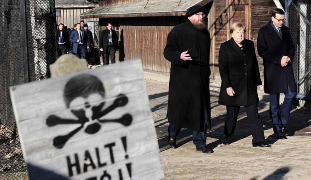 """Angela Merkel ad Auschwitz: """"Vergogna profonda, mai dimenticare"""""""