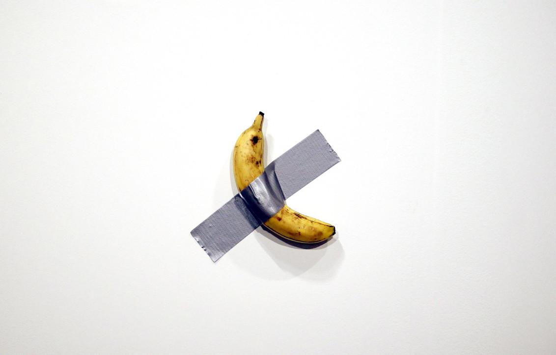 Cattelan, la banana attaccata al muro venduta a 120mila dollari