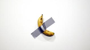 Cattelan, la nuova opera è una banana attaccata al muro: vendute due copie a 120mila dollari l'una