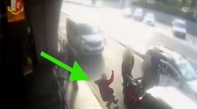 Roma, chiede l'uso del tassametro: il tassista lo colpisce e gli rompe il naso | Guarda il video