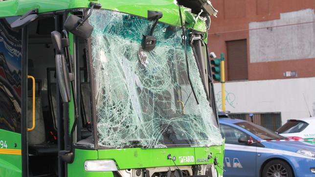 Milano, camion dei rifiuti si scontra con un filobus