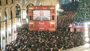 """""""Tosca"""", folla in Galleria per vedere l'opera sul maxischermo"""