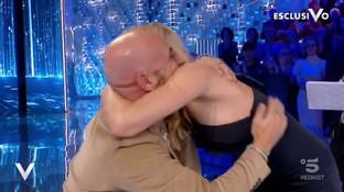 L'abbraccio fra Michelle Hunziker e Federico Martello