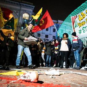 Prima della Scala: protesta in piazza di lavoratori e centri sociali