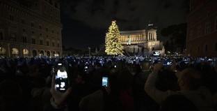 """Roma accende il suo albero di Natale, grande folla per """"Spelacchio"""""""