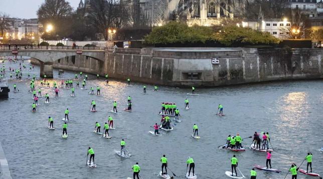 Parigi, gara di paddleboard sulla Senna