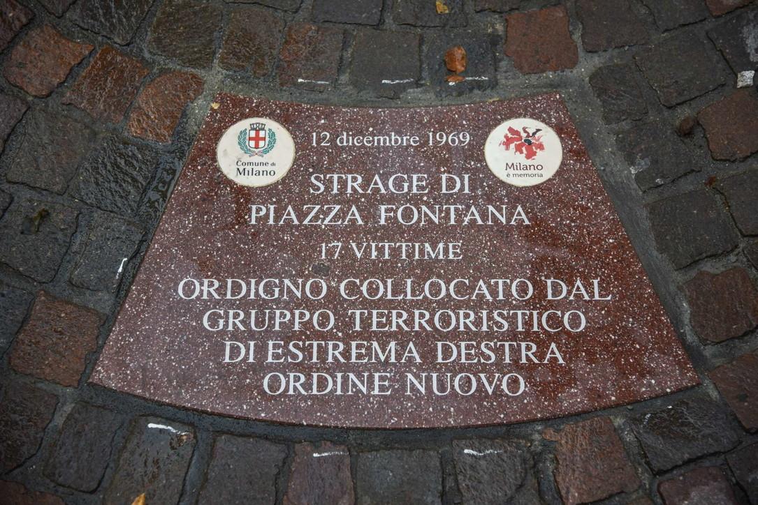Strage di Piazza Fontana, posate a Milano 17 formelle con i nomi delle vittime