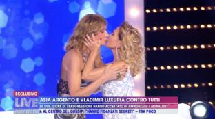Il bacio tra Barbara d'Urso, Asia Argento e Vladimir Luxuria
