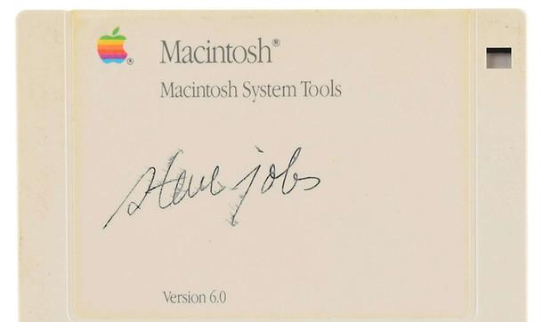 Asta record: floppy autografato da Steve Jobs venduto a 84mila dollari