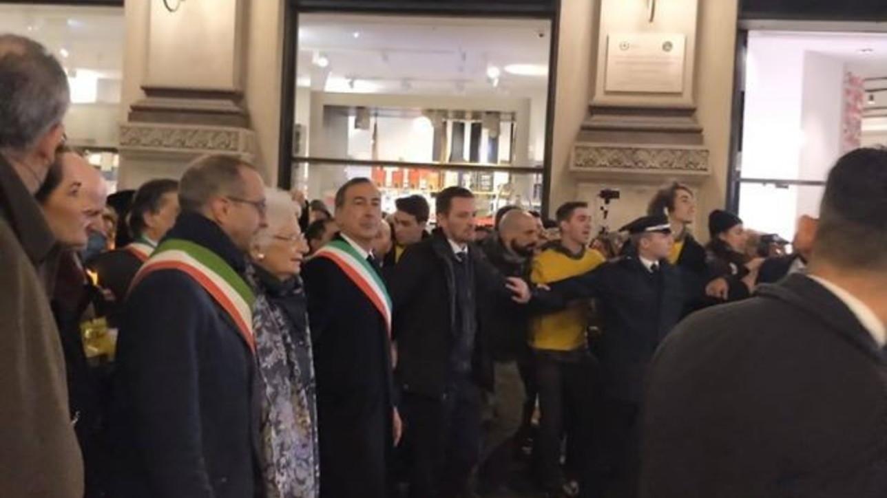 """Milano, corteo dei sindaci con Liliana Segre sulle note di """"Bella Ciao"""""""