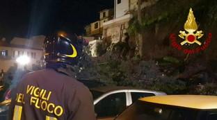 Crolla muro a Montelupo Fiorentino, auto distrutte e 5 famiglie evacuate