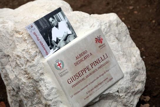 """Strage diPiazza Fontana, un albero per ricordare Pinelli: """"La diciottesima vittima"""""""