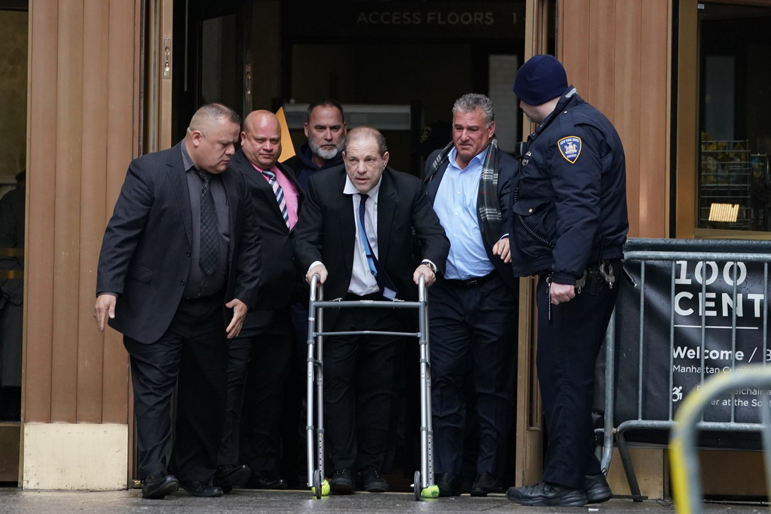 Harvey Weinstein in tribunale a New York con un deambulatore