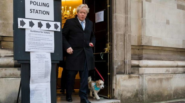 Elezioni in Gb, Boris Johnson al seggio con il cane Dilyn