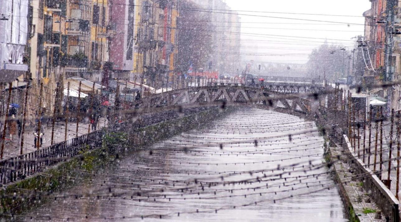 Fiocchi di neve cadono su Milano: la città non si ferma