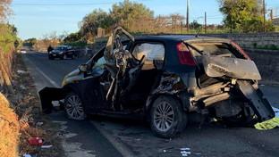 Auto contro un muro nel Catanese, muore un 16enne