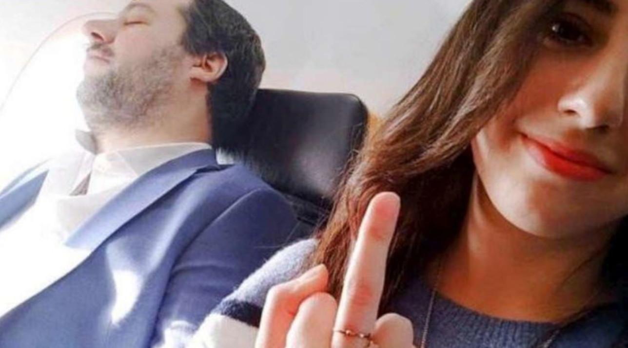 Salvini dorme in aereo, ragazza scatta un selfie mentre fa il dito medio: bufera sui social