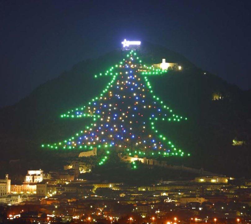Albero Di Natale Piu Grande Del Mondo.E In Umbria L Albero Di Natale Piu Grande Del Mondo 750 M Di Altezza E 950 Luci Tgcom24