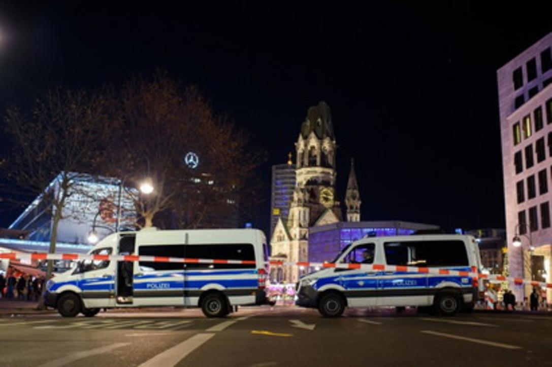 Berlino, evacuato mercatino di Natale: paura per due uomini sospetti