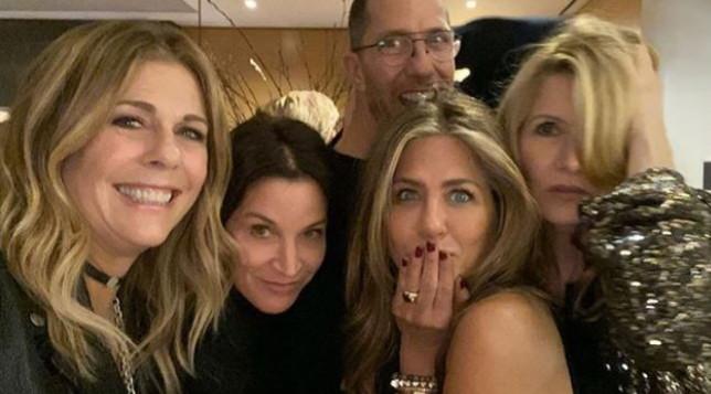 """Jennifer Aniston posta lo scatto natalizio: """"C'è tanto amore in questa stanza...!"""""""