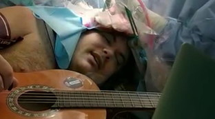 Torino, musicista suona mentre viene operato al cervello