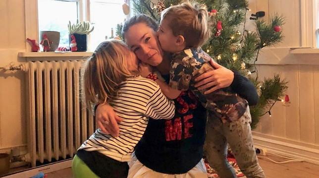 Johanna festeggia con i figli... ma Fabio Volo dov'è?