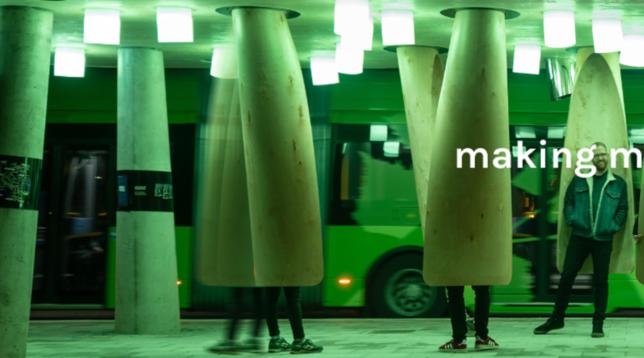 Svezia, a Umea la fermata del bus riscaldata e futuribile, con luci e suoni che segnalano l'arrivo del pullman